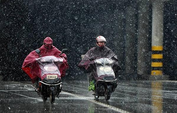 低温雨雪道路湿滑 电动车骑行刹